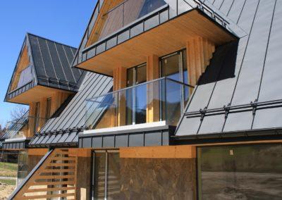 Balustrady szklane w domu z drewna